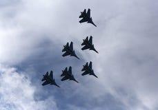 Schattenbilder von russischen Kampfflugzeugen im Himmel Stockbilder
