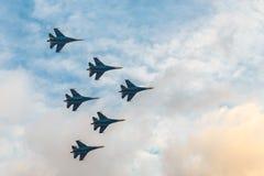 Schattenbilder von russischen Kampfflugzeugen SU-27 herein Stockbild