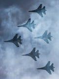 Schattenbilder von russischen Kampfflugzeugen SU-27 im Himmel Lizenzfreie Stockfotos