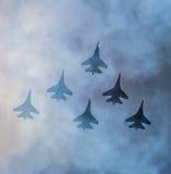 Schattenbilder von russischen Kampfflugzeugen SU-27 im Himmel Lizenzfreies Stockbild