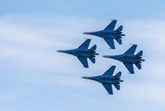 Schattenbilder von russischen Kampfflugzeugen SU-27 im Himmel Lizenzfreies Stockfoto