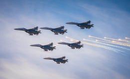 Schattenbilder von russischen Kampfflugzeugen SU-27 im Himmel Stockbilder