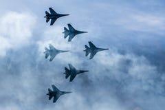 Schattenbilder von russischen Kampfflugzeugen SU-27 im Himmel Stockfotos