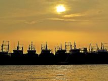 Schattenbilder von Schiffen und von Sonnenuntergang über Hafen von Chittagong, Bangladesch lizenzfreies stockfoto