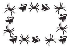 Schattenbilder von schwarzen Katzen und von Spinnen, die aus schwarzem Papier heraus geschnitzt werden, werden auf Weiß lokalisie Lizenzfreie Stockfotografie