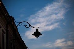 Schattenbilder von Türmen und von Architekturteilen mit blauem Himmel und weißen Wolken Lizenzfreie Stockfotografie
