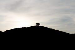 Schattenbilder von Touristen auf die Oberseite des Berges Stockfoto