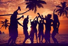 Schattenbilder von verschiedenem multiethnischem Leute Partying lizenzfreies stockfoto