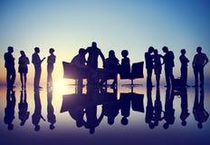 Schattenbilder von verschiedenen Geschäftsleuten mit verschiedenen Tätigkeiten Lizenzfreies Stockbild
