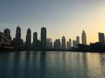 Schattenbilder von Wolkenkratzern in Dubai bei Sonnenuntergang Stockbilder