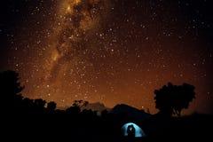 Schattenbilder von zwei Liebhabern im Zelt Sternenklarer Himmel lizenzfreie stockfotografie