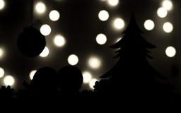 Schattenbilder Weihnachtsbaum, Tangerinen auf dunklem Hintergrund und Lichter in der Unschärfe Lizenzfreie Stockfotografie