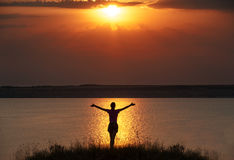 Schattenbilderfolgs-Siegerfrau auf dem Sonnenuntergang Stockfotografie