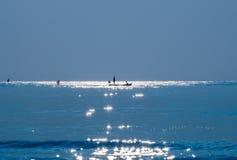 Schattenbildfischer, der blaues Seeschönes natürliches fischt Stockfoto
