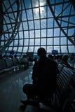 Schattenbildfoto von den Passagieren, die auf Abfahrt warten Stockfotos