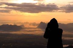 Schattenbildfrau auf dem Spitzenberg morgens lizenzfreies stockfoto