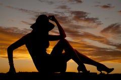Schattenbildfrau im Kleid und Fersen sitzen Hand durch Hut Stockbilder
