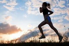 Schattenbildfrau laufen gelassen unter blauen Himmel Lizenzfreie Stockfotos