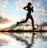 Schattenbildfrau laufen unter blauen Himmel mit Wolken Lizenzfreie Stockfotos