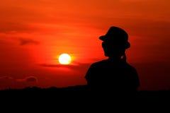 Schattenbildfrau mit dem Sonnenuntergang Stockfotografie