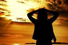 Schattenbildfrau und -sonnenuntergang auf dem Strand Lizenzfreies Stockfoto