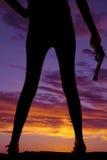 Schattenbildfrauen-Beingewehr in der Hand Lizenzfreie Stockfotos