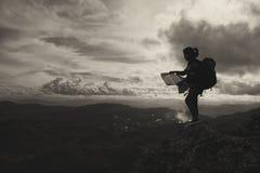 Schattenbildfrauenabenteuer öffnen den Kartenaufenthalt auf dem Berg, Adv Stockbilder