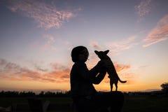 Schattenbildfrauenhund stockfotografie