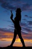 Schattenbildfrauenseite halten Gewehr Lizenzfreies Stockbild