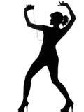 Schattenbildfrauentanzen und hörende Musik Stockfoto