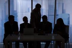 Schattenbildgeschäftsleute, die im Büro sich besprechen lizenzfreies stockfoto