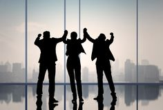 Schattenbildgeschäftsleute stellen dar, dass Hand oben im Büro-, Erfolgs- und Teamwork-Konzept feiern lizenzfreie stockfotos