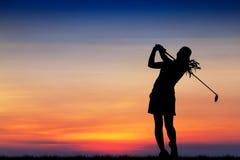 Schattenbildgolfspieler, der Golf bei schönem Sonnenuntergang spielt stockbild