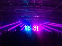 Schattenbildhände von den Publikumsmengenleuten benutzen intelligente Telefone die Vereinpartei mit Konzert genießend stockfoto