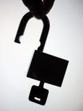 Schattenbildhand, die das entriegelnvorhängeschloß aufhebt Lizenzfreies Stockfoto