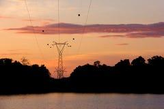 Schattenbildhochspannungsbeitrag, Energiefreileitungsmast zur Zeit Sirindhorn-Verdammung morgens Lizenzfreie Stockfotografie