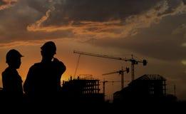 Schattenbildingenieur-Stellungsarbeit über Bau lizenzfreies stockfoto