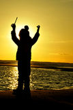 Schattenbildmädchen-Sonnenuntergangkind, das Meer spielt Stockbilder
