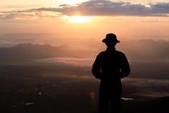 Schattenbildmann auf dem Spitzenberg morgens lizenzfreie stockfotografie