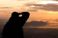 Schattenbildmann auf dem Spitzenberg morgens lizenzfreie stockfotos