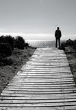 Schattenbildmann auf Strandpfad Stockfotos