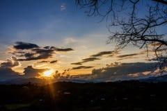 Schattenbildniederlassungen und -himmel am Sonnenunterganghintergrund Stockbilder
