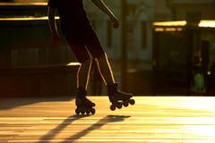 Schattenbildpaare Beine auf Rollschuhen lizenzfreie stockfotos