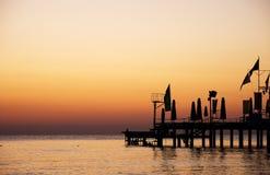 Schattenbildpier mit schönem Sonnenaufganghimmel Stockfotografie