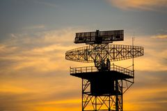Schattenbildradar-Kontrollturmflugzeug und Dämmerungshimmel Lizenzfreie Stockfotografie