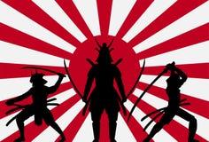 Schattenbildsamurais auf aufgehende Sonne-Japan-Flagge lizenzfreie abbildung