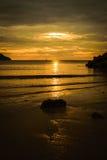 Schattenbildstein auf dem Strand Stockfotografie