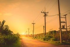 Schattenbildstrombeitrag mit schönem Sonnenuntergang Stockfotografie
