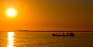 Schattenbildtanker am Anker bei Sonnenuntergang Lizenzfreies Stockfoto