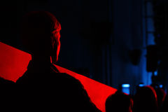 Schattenbildzuschauer wird durch ein blutrotes Licht erleichtert Junge an Stockbilder